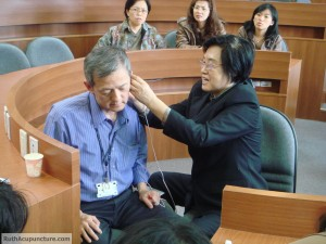 Patient received the Auricular Medicine treatments by Dr Li chun Huang.JPG